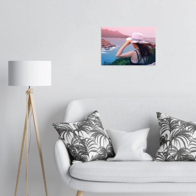 Plakat metalowy kobieta patrząca w ocean M