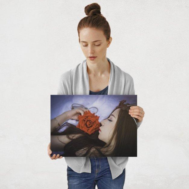 Plakat metalowy rozmarzona kobieta M