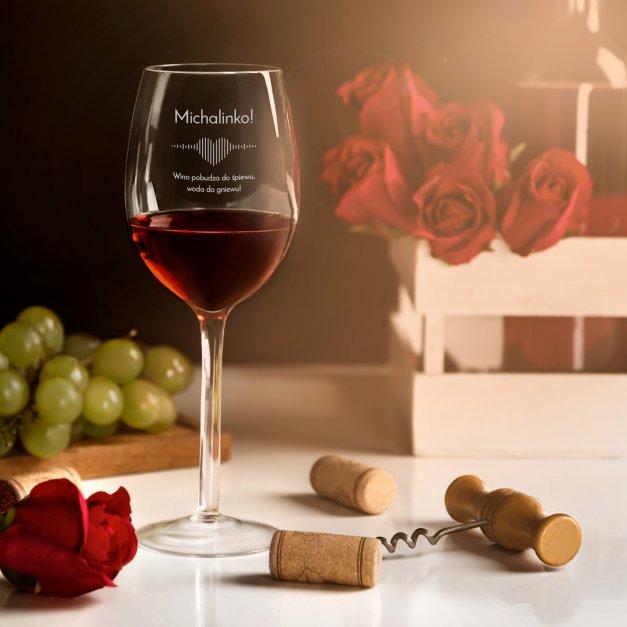 Kieliszek szklany do wina grawer wino pobudza do śpiewu dla niej