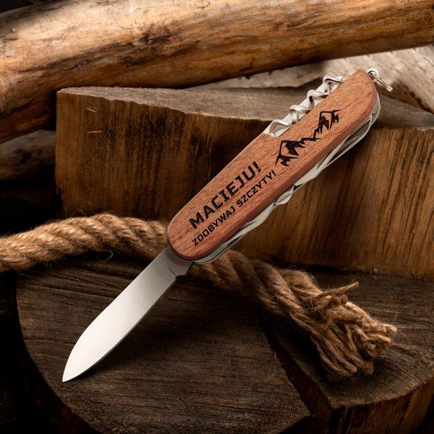 Klasyczny scyzoryk w drewnianej oprawie z grawerem zdobywaj szczyty dla podróżnika miłośnika gór