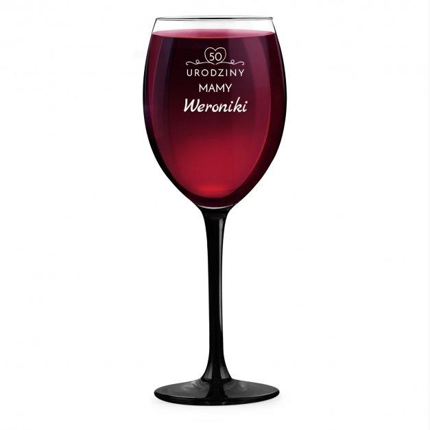 Kieliszek grawerowany do wina z czarną nóżką onyx dla mamy na 50 urodziny