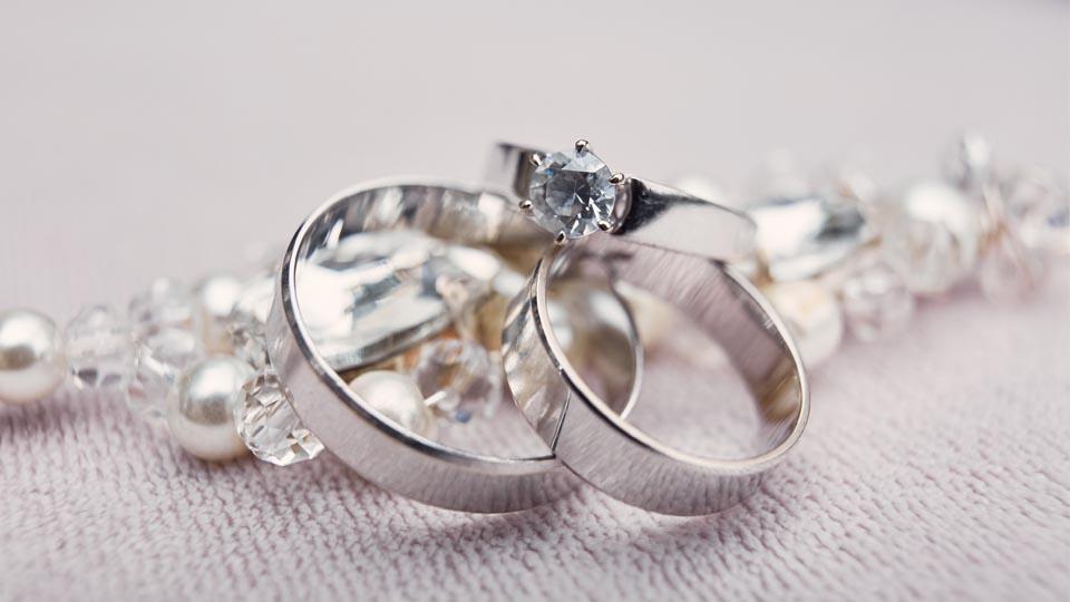 Z czym nosić srebrną biżuterię, aby pięknie się prezentowała? Poznaj kilka sprytnych trików!